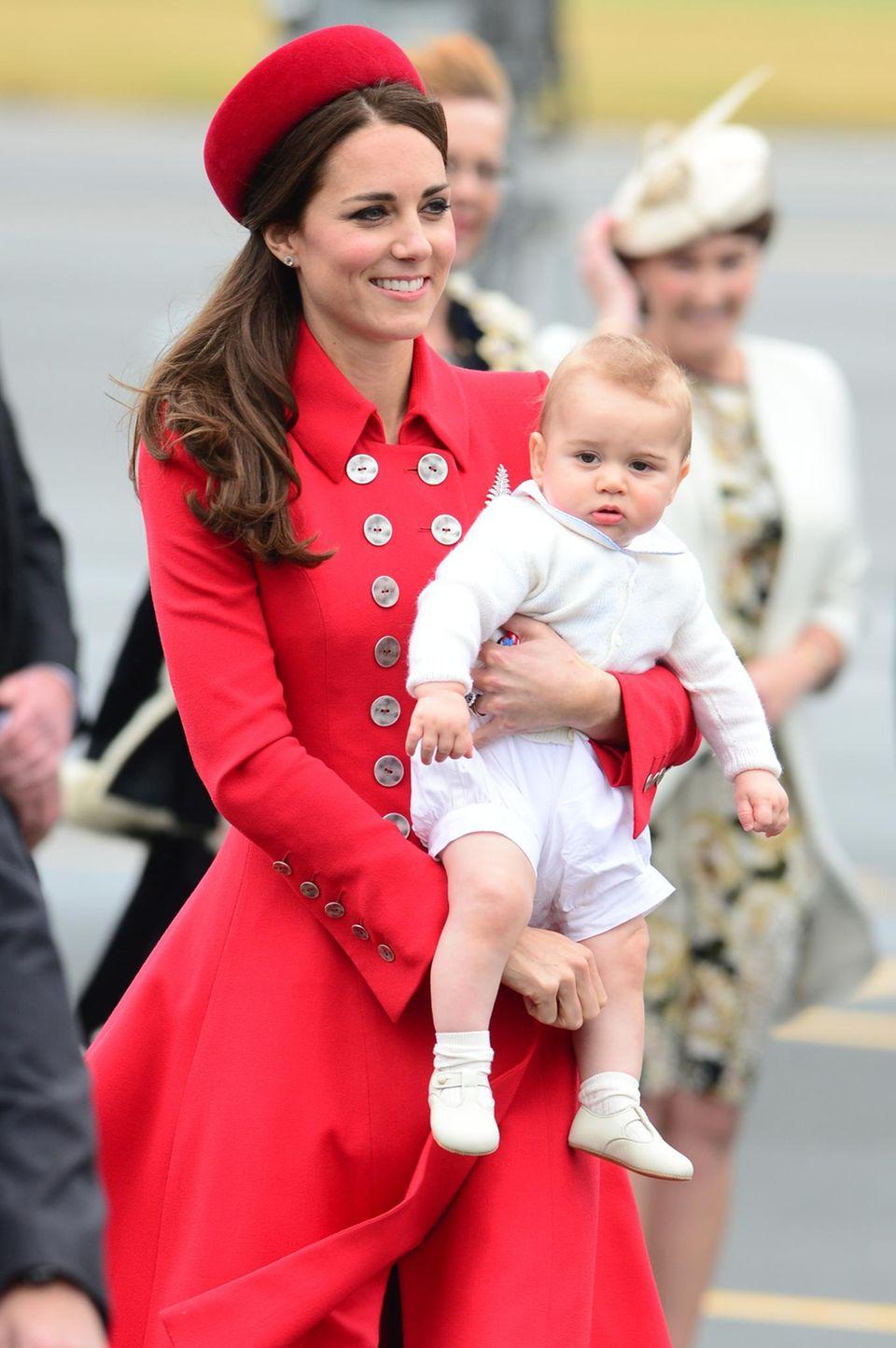 Herzogin Catherine trägt den kleinen Prinz George auf dem Arm.