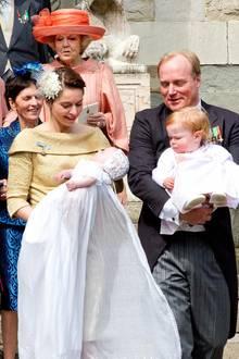 Prinzessin Annemarie und Prinz Carlos Bourbon-Parma mit dem Täufling Cecilia und deren älterer Schwester Luisa. Im Hintergrund: Prinzessin Beatrix der Niederlande