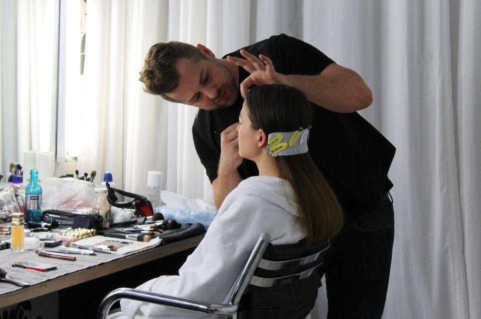 Make-up-Artist Norman Pohl (Dior) macht Hannah Herzsprung fürs Shooting zurecht.
