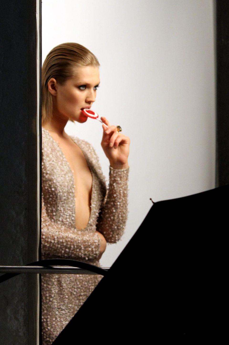 Model Toni Garrn posiert mit Lolli für ein Gala-Titelmotiv.