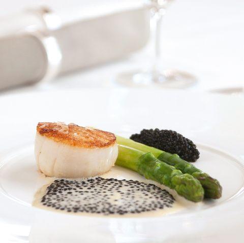 Gebratene Jakobsmuscheln mit Osietra-Kaviar und Champagner Beurre Blanc