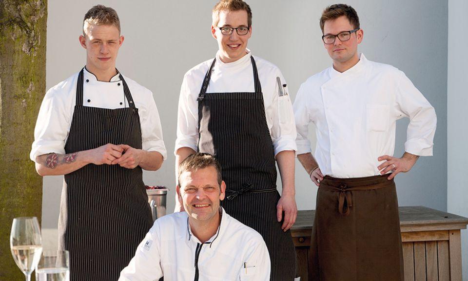"""Einer für alle: Chefkoch Thomas Martin mit seinem jungen Team. Rüdiger Mehlgarten, Moritz Ebert und Tobias Haas (hinten, von links) halfen, das """"Gala""""-Jubiläums-Menü perfekt herzurichten"""