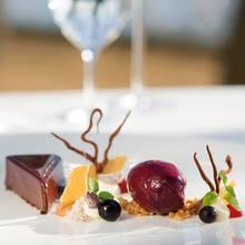 Gâteau von Schokoladenganache mit Cassissorbet