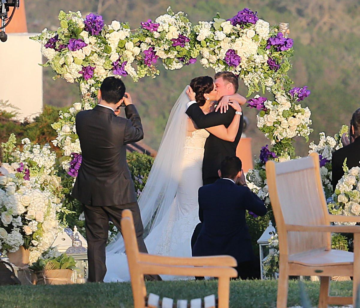 Nick Carter küsst seine Braut.