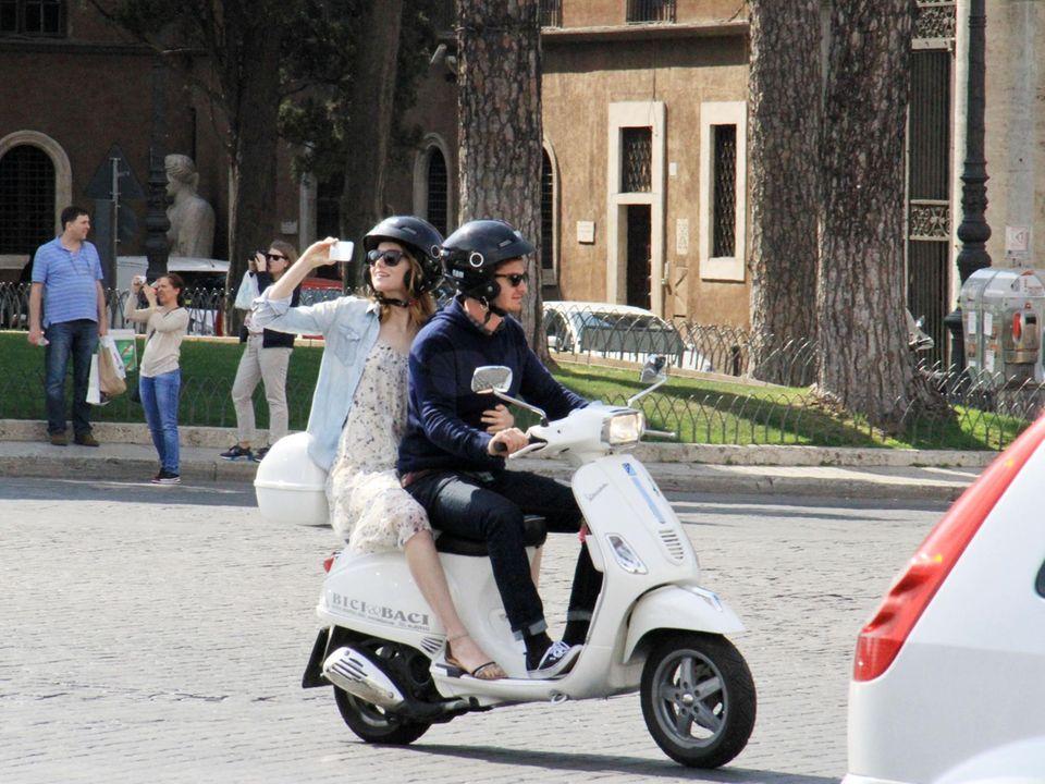 Während Andrew Garfield fährt, nimmt Emma Stone mit ihrer Handykamera die Sehenswürdigkeiten Roms auf.
