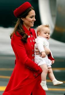 Prinz George bei der Ankunft am Flughafen von Wellington (Neuseeland): Herzogin Catherine hielt ihn so, dass Fotografen und Kameras jede Menge neue Bilder bekamen.