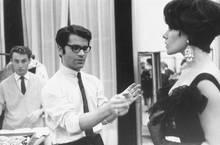 Lagerfeld ist bekannt für seine Disziplin. Das Foto zeigt ihn Anfang der Sechziger Jahre als künstlerischen Direktor in Paris.