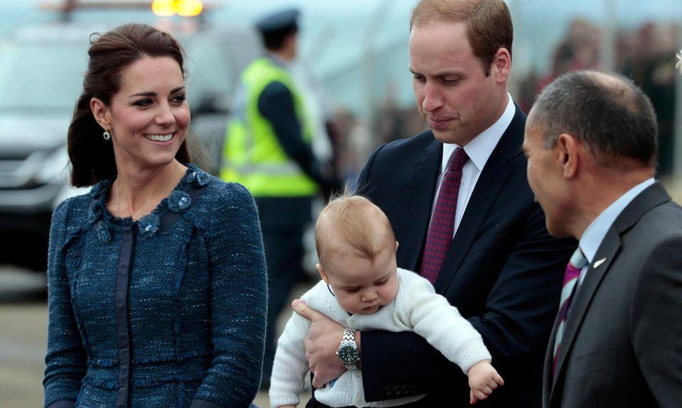 Prinz George schaut neugierig, was um ihn herum passiert.