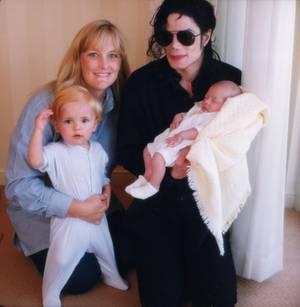 Debbie Rowe mit Michael Jackson und den Kindern Prince und Paris. 1999 ließ sich das Paar scheiden.