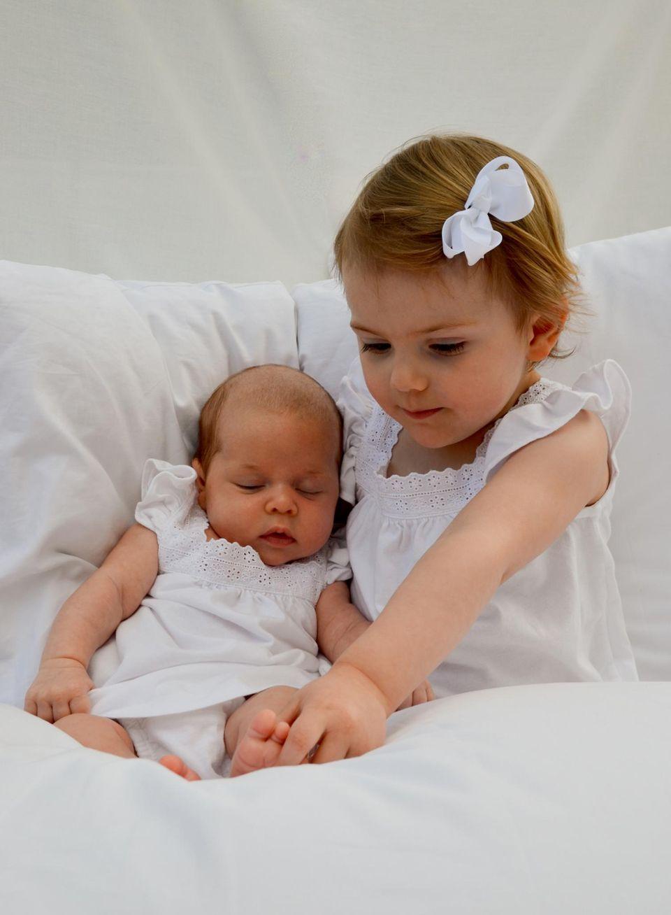 Alles dran? Prinzessin Estelle nimmt ihre Cousine, Prinzessin Leonore, genau unter die Lupe.
