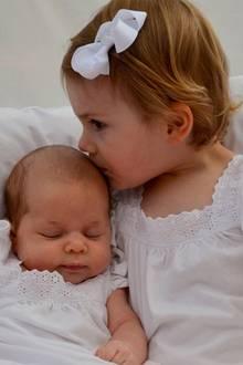 Prinzessin Estelle gibt Prinzessin Leonore einen Kuss.