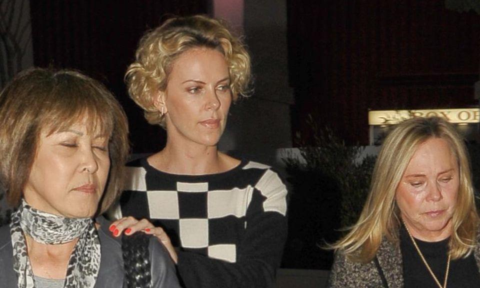Charlize Theron nimmt Mama Gerda und eine Begleitung mit auf ihren Ausflug mit Sean Penn.
