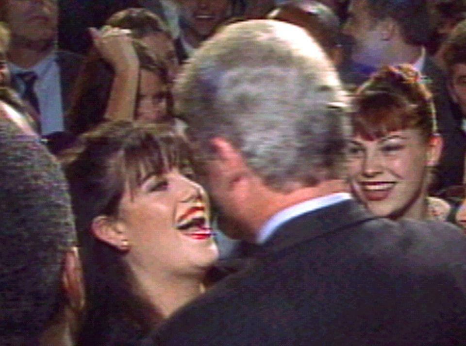 Bill Clinton begrüßt Monica Lewinsky 1996 bei einer Veranstaltung in Washington.
