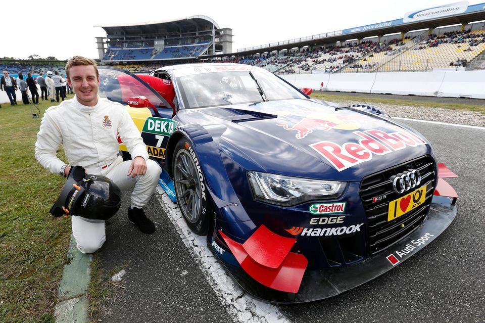 Stolz posiert Pierre Casiraghi neben einem Auto am Hockenheimring.