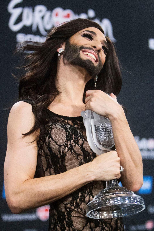 """Conchita Wurst mit ihrer """"ESC""""-Trophäe"""