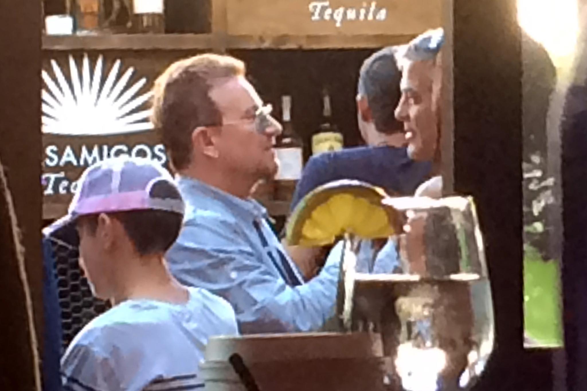 """Bono von """"U2"""" im angeregten Gespräch mit George Clooney."""