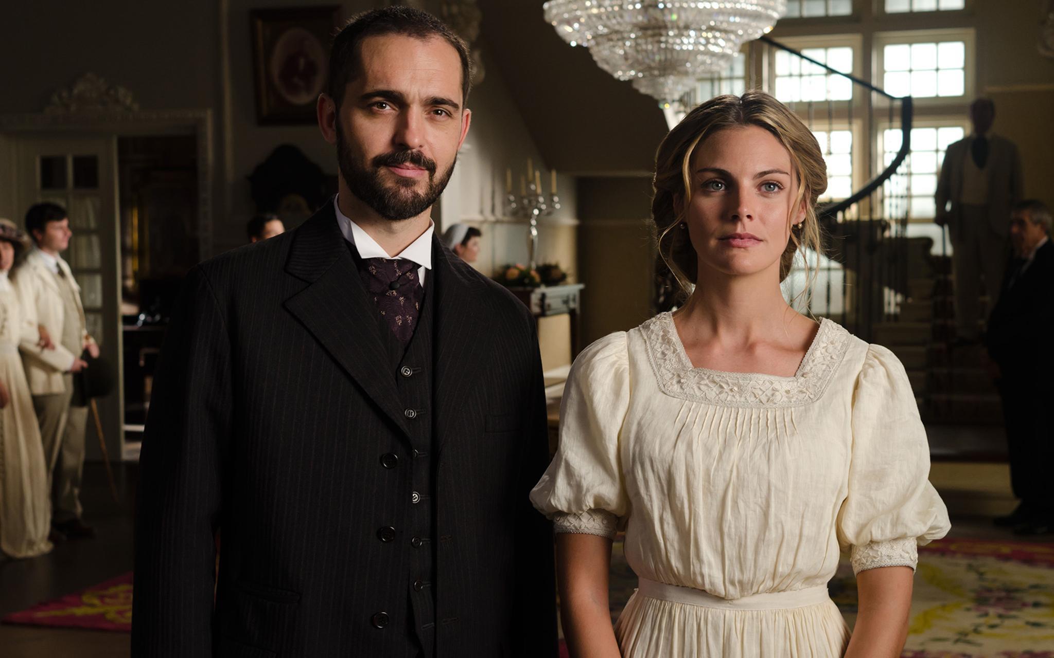 """""""Alicia"""" (Amaia Salamanca) lässt sich von ihrer Mutter dazu überreden, den Hotelier """"Diego"""" (Pedro Alonso) zu heiraten. Ganz wohl ist ihr nicht dabei, denn """"Diego"""" spielt nicht mit offenen Karten."""