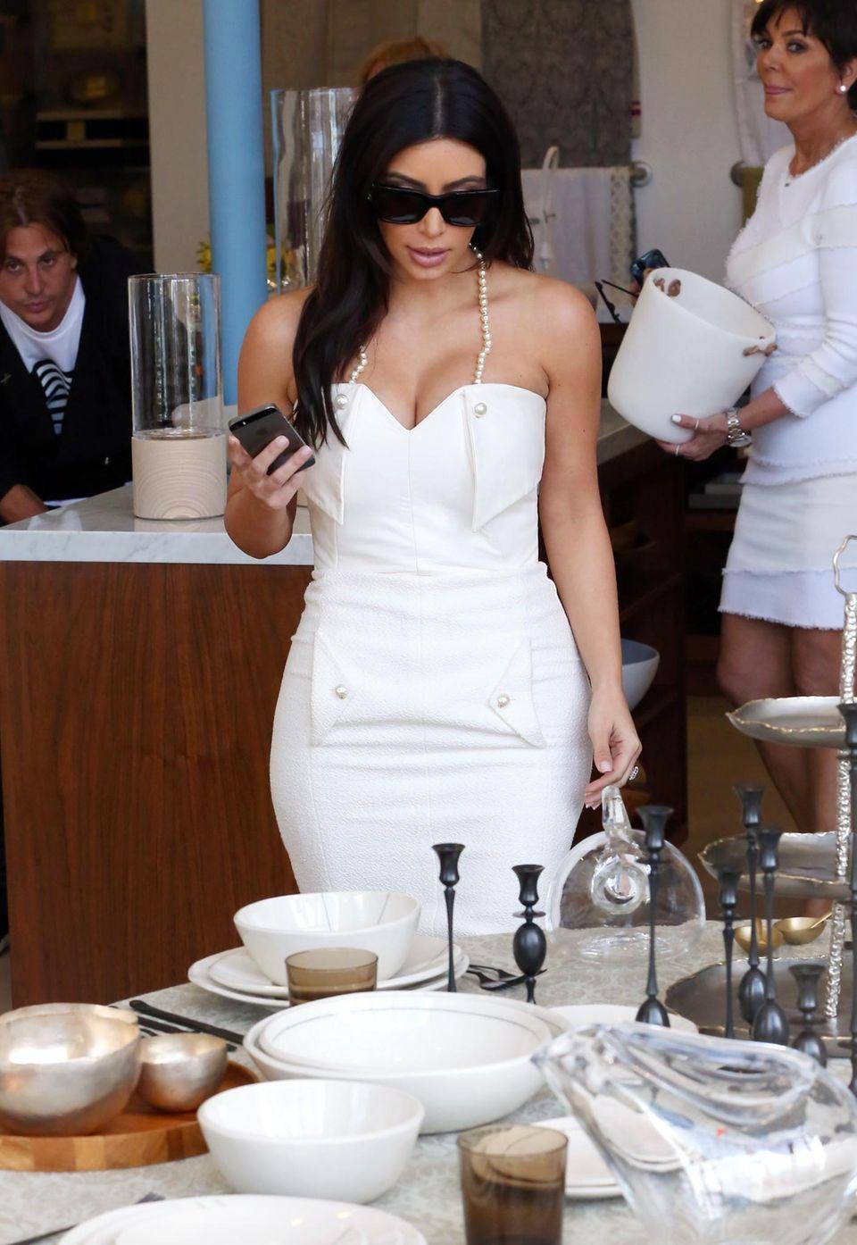 """Der Countdown zur Hochzeit: Der große Augenblick rückt näher und näher. Nach ihrem Junggesellinnen-Abschied im """"Peninsula Hotel"""" in Los Angeles ging Kim Kardashian auf Shopping-Tour, bei der sie sich Schuhe und Geschirr anschaute."""