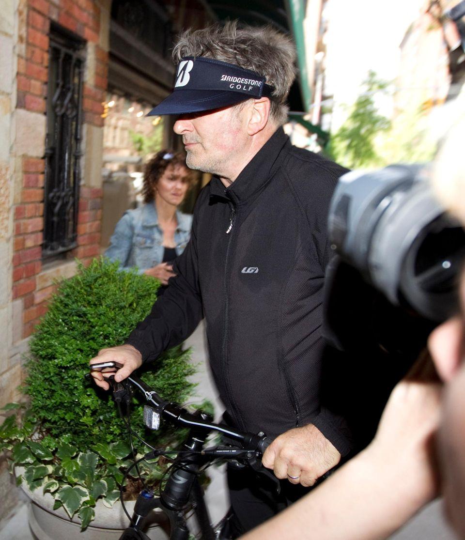 Beim Verlassen der Polizeistation sieht Alec Baldwin äußerst schlecht gelaunt aus.