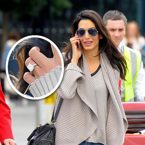 Amal Alamuddin kommt am Flughafen in London an und zeigt ihren Verlobungsring.