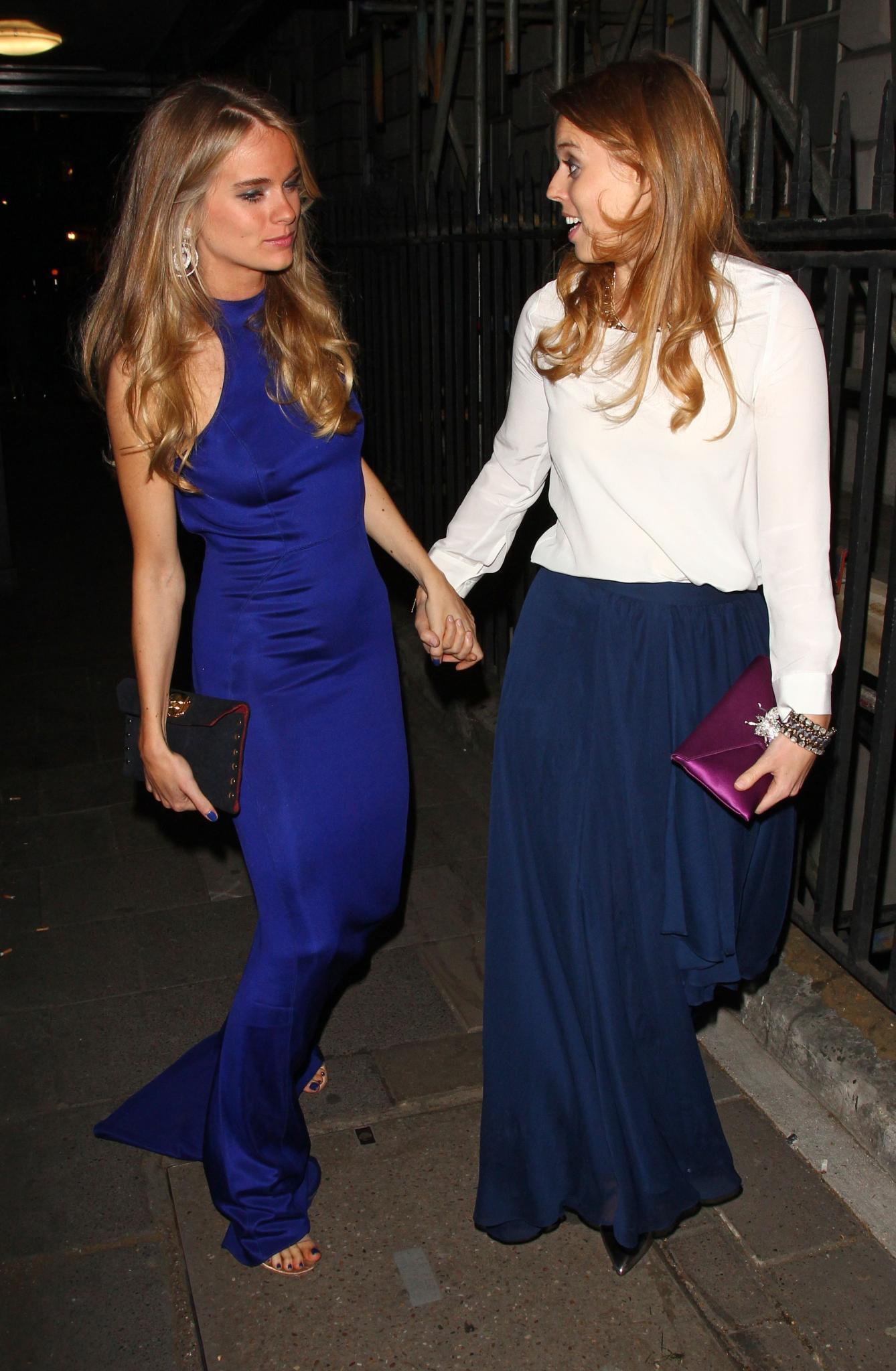 Cressida Bonas und Prinzessin Beatrice gehen am Donnerstag (15. Mai) Hand in Hand in einen Londoner Club.