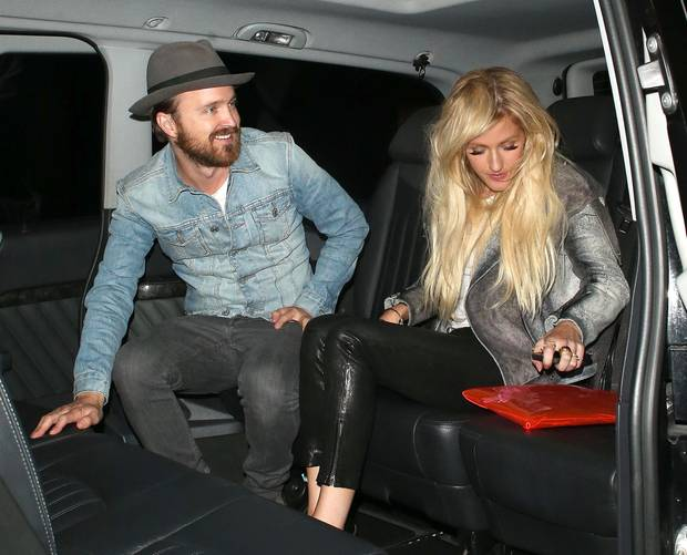 """Schauspieler Aaron Paul und Sängerin Ellie Goulding gehen zusammen im """"Firehouse"""" feiern."""