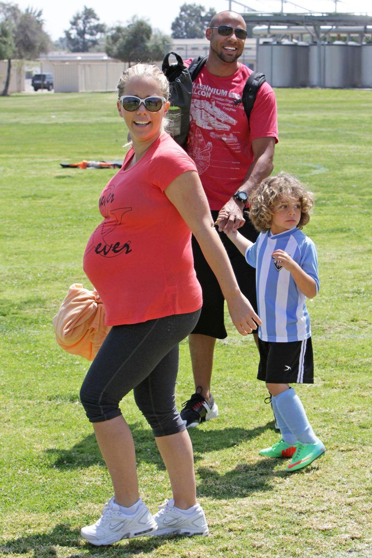 Selbst hochschwanger begleitet Kendra Wilkinson zusammen mit Ehemann Hank Baskett ihren Sohn noch auf den Fußballplatz.