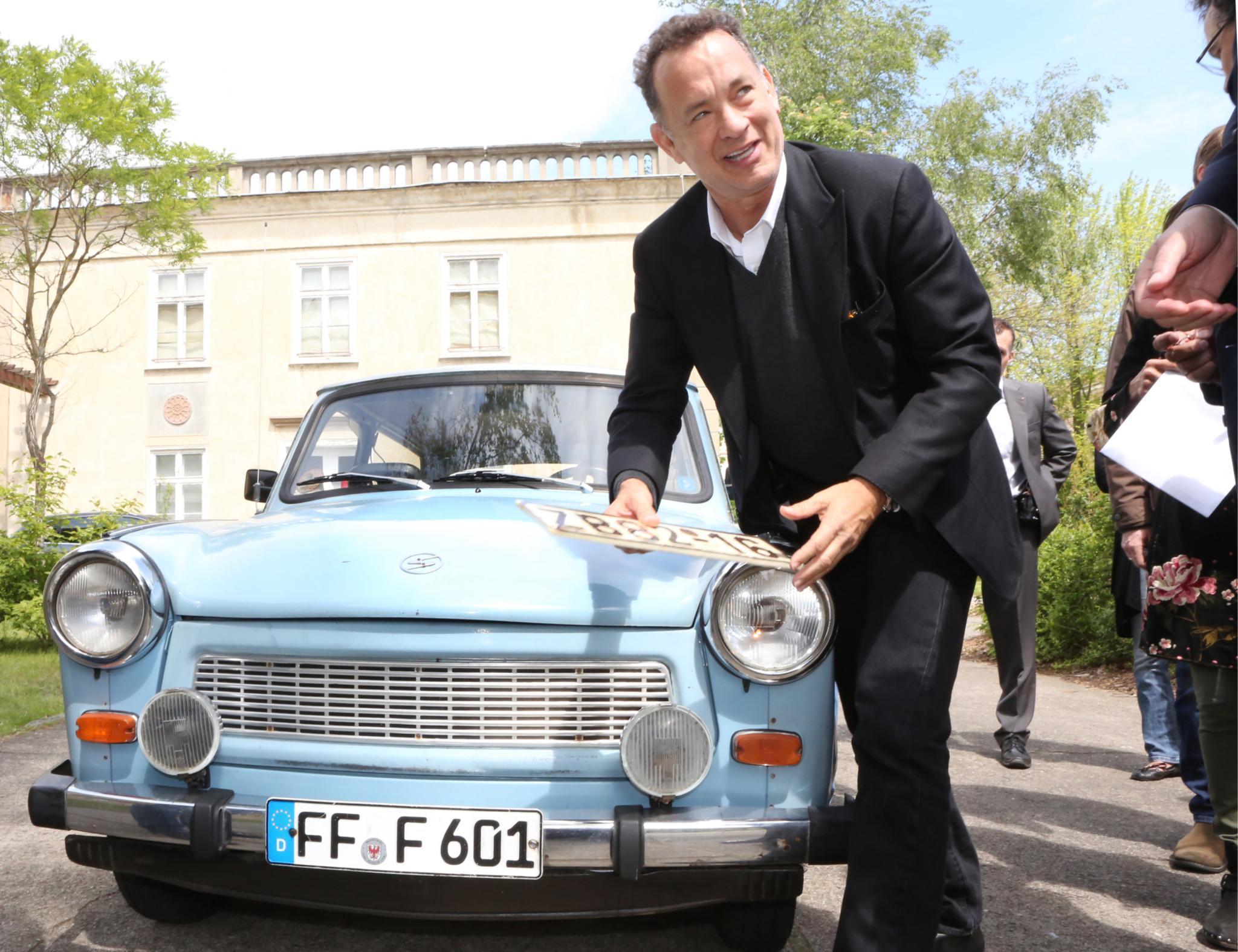Tom Hanks mit seinem neuen Auto.