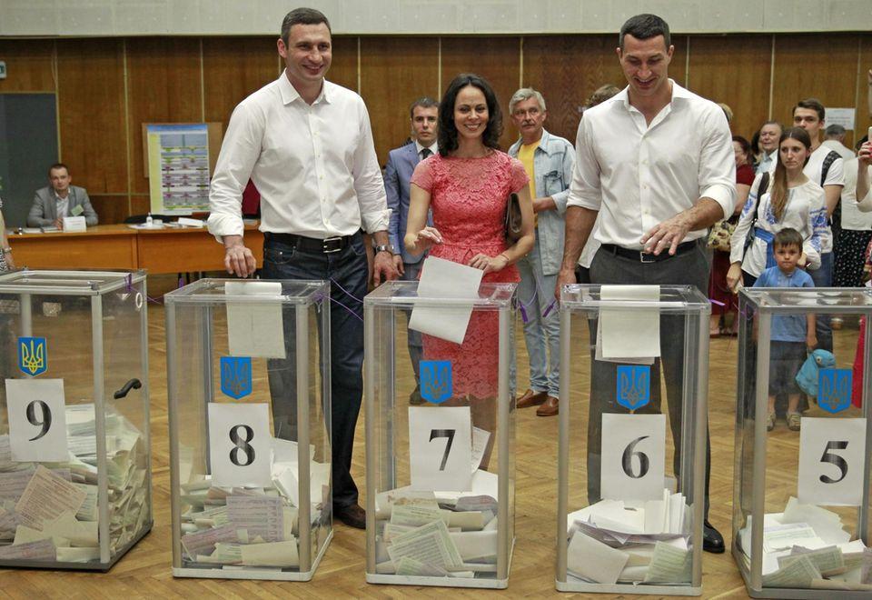 Vitali Klitschko, seine Frau Natalia und sein Bruder Wladimir geben am Sonntag (25. Mai) in Kiew ihre Stimmen für die Präsidentschaftswahl ab.