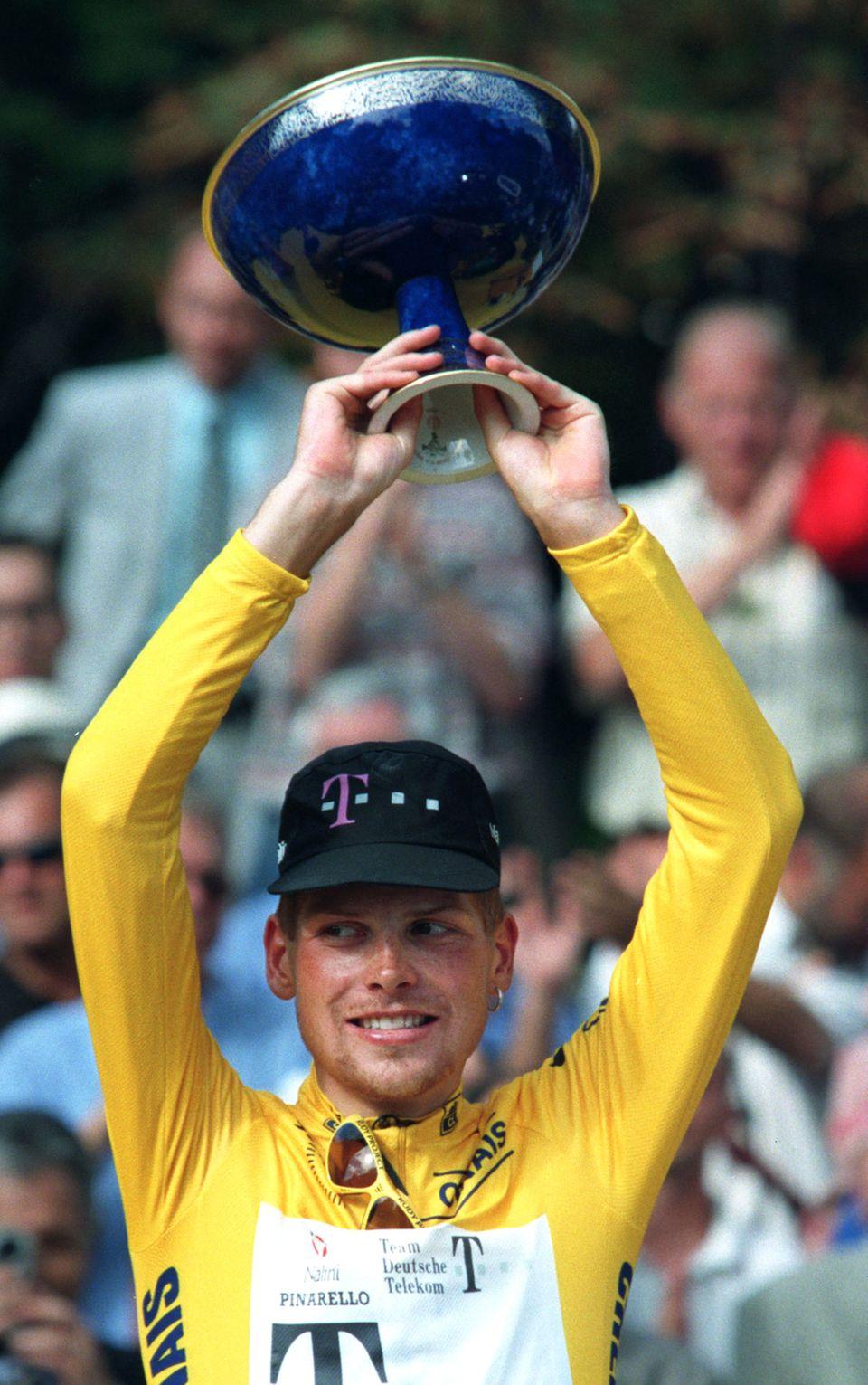 """Nach seinem Tour-de-France-Sieg 1997 galt Jan Ullrich als """"Volksheld auf dem Fahrradsattel"""" (SZ). Zu seinem Karriereende 2007 kam jedoch ans Licht, dass Ullrich massiv gedopt hatte, was er bis heute vehement abstreitet."""
