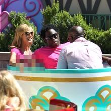 Keine Spur von Zwietracht: Heidi Klum, Jeymes Samuel und Seal amüsieren sich in den Teetassen im Disneyland.