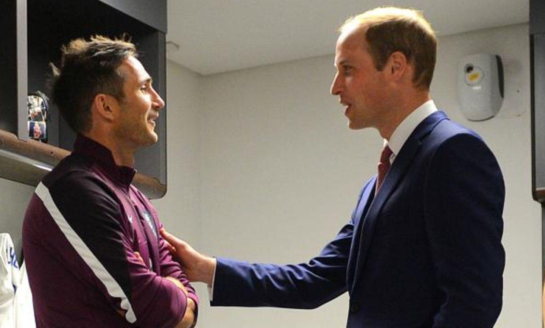 In der Umkleidekabine unterhielt sich Prinz William (rechts) mit dem britischen Nationalfussballer Frank Lampard. Auf der Bank daneben: Wayne Rooney (links) und Daniel Sturridge.