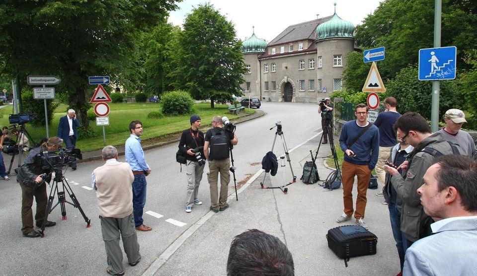 Warten auf Uli Hoeneß: Fotografen und Journalisten haben sich vor der JVA Landsberg versammelt.