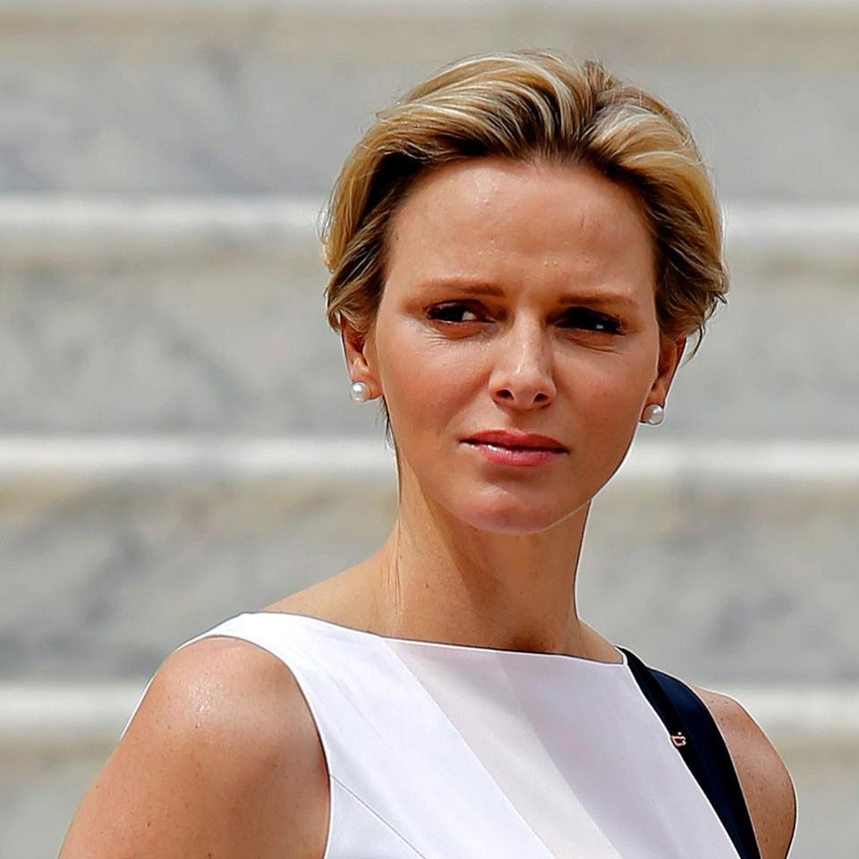 Fürstin Charlène zeigte sich am 6. Mai vor dem Palast in Monaco - ein Babybäuchlein sieht man unter ihrem Kleid noch nicht.
