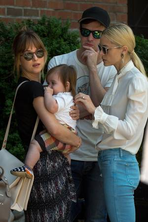 Jaime King, ihr Mann Kyle Newman und Baby James treffen Dakota Johnson in New York.