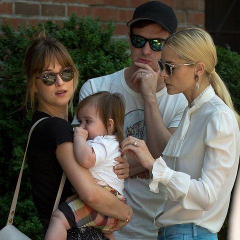 Jaime King, ihr Mann Kyle Newman und Baby James treffen Dakota Johnson in New York.
