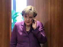 Angela Merkel hat keine Zeit ans Telefon zu gehen, als Wolfgang Bosbach sie zum Telefonjoker machen will.