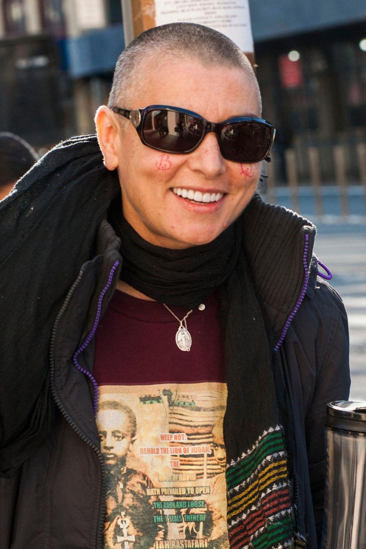 Sinéad O'Connor liebt es extravagant und fällt gerne auf - so wie die Tattoos auf ihren Wangen.