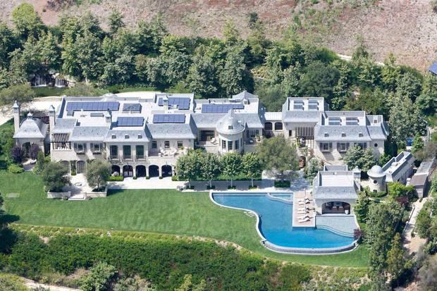 Das Anwesen, das Dr. Dre erworben hat, verfügt nicht nur über 1700 Quadratmeter Wohnfläche, sondern auch über großzügig gestaltete Terrassen und einen Pool.