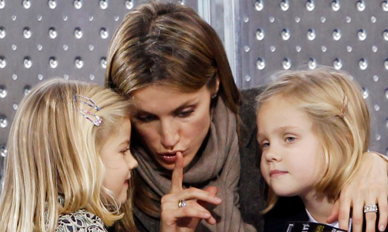 Kronprinzessin Letizia teilt Geheimnisse mit ihrer Tochter Sofia (links) und deren Cousine Irene. Eine Aufnahme aus dem Jahr 2010.