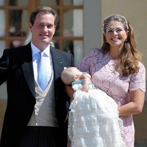 Die Eltern zeigen sich mit dem Täufling den vielen Schaulustigen, die bei strahlendem Sonnenschein gewartet haben. Noch schlummert Leonore im Arm ihrer Mutter.