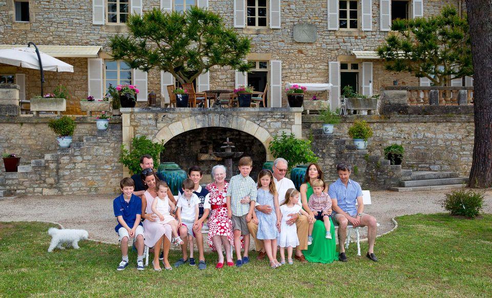 Die gesamte dänische Königsfamilie ist an Prinz Hernriks Ehrentag auf Château de Cayx versammelt.