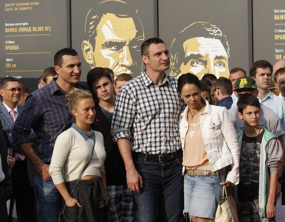 Wladimir Klitschko, Hayden Panettiere, Vitali Klitschko, seine Ehefrau Natalia sowie ihre beiden Söhne Yegor-Daniel und Max besuchen die Ausstellungseröffnung in Kiew.