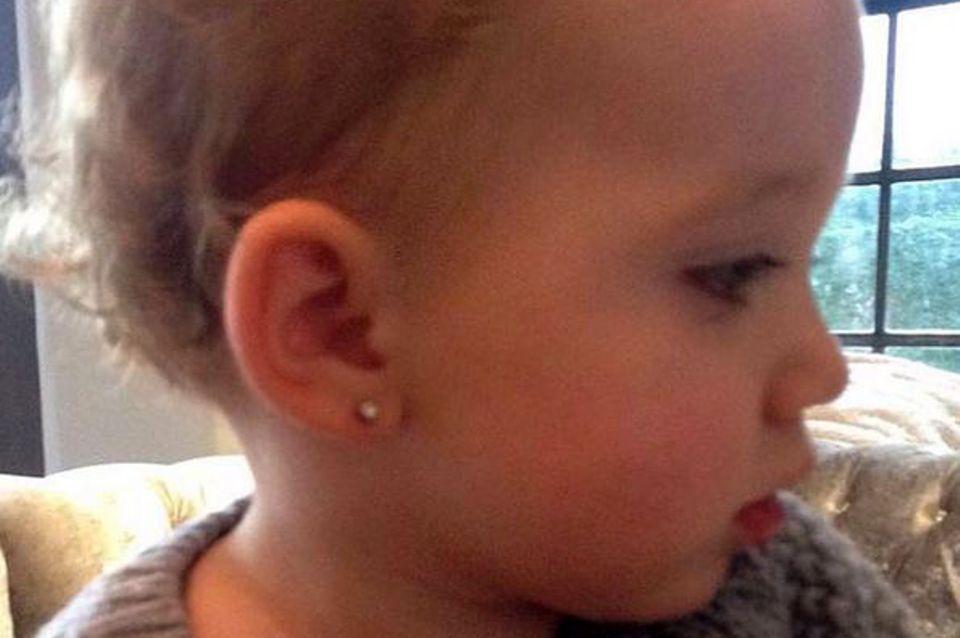 Bunny, die kleine Tochter von Busenwunder Katie Price, bekam schon mit 17 Monaten Ohrlöcher gestochen.