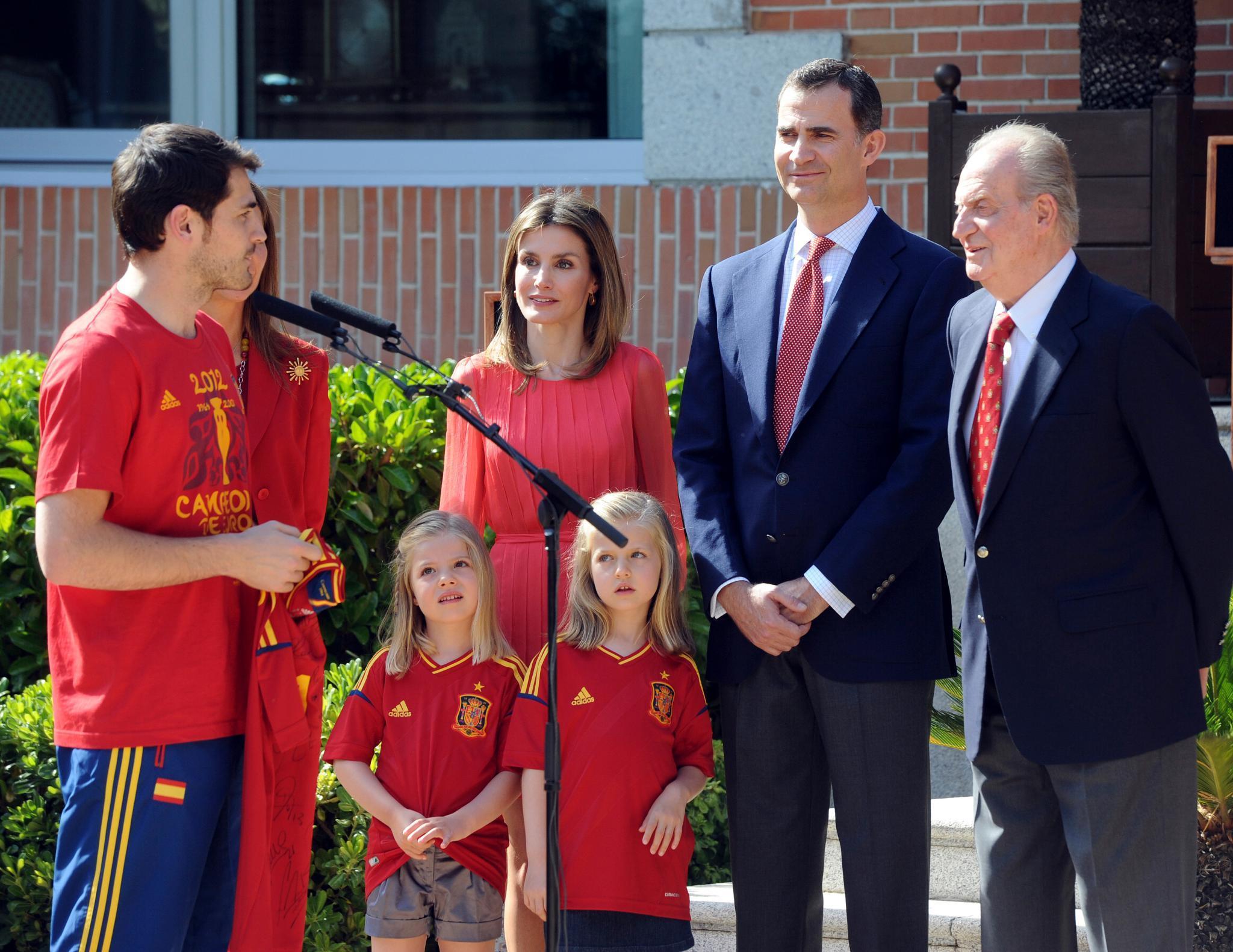 Auftritte wie dieser waren bisher selten: Gemeinsam mit ihren Eltern und ihrem Großvater sind die Prinzessinnen Sofía (links) und Leonor im Juli 2012 beim Empfang der spanischen Fußballnationalmannschaft dabei.