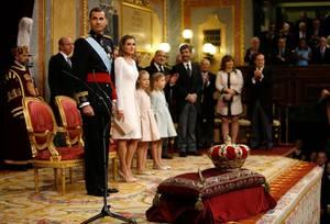 Die neue Königsfamilie zeigt sich im Parlament. Neben Felipe und Letizia sind auch ihre beiden Töchter Leonor und Sofía mit dabei.