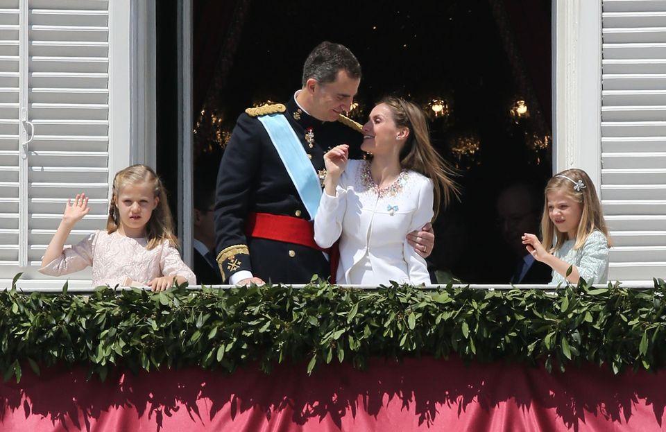 Auf dem Balkon nimmt Felipe seine Letizia immer wieder kurz in den Arm.