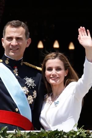 König Felipe und Königin Letizia zeigen sich auf dem Balkon des Palastes.
