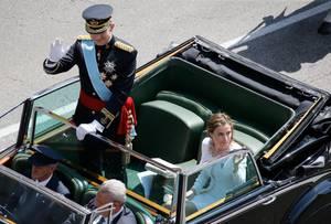 Königin Letizia ist in der Limousine sitzengeblieben, vielleicht auch, damit sie ihrem Mann nicht die Schau stiehlt.