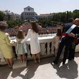 Die Spanier, die vor dem Palast auf die königliche Familie gewartet haben, können nicht nur liebevolle Gesten zwischen Vater und Sohn beobachten.